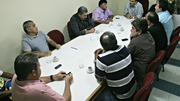 Dirigentes de clubes cearenses foi capitaneada pelo presidente da FCF, Mauro Carmélio (Foto: Kid Júnior/Agência Diário)
