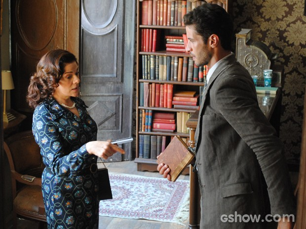 Davi pede ajuda e cliente para pegar livro, mas ela se recusa (Foto: Joia Rara/TV Globo)