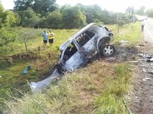 Carro incendiado após a colisão (Foto: Tainara Scalco/RBS TV)