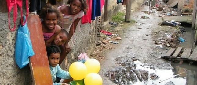 Crianças na favela do Mandela, Rio de Janeiro  (Foto: Vladimir Platonow / ABr)