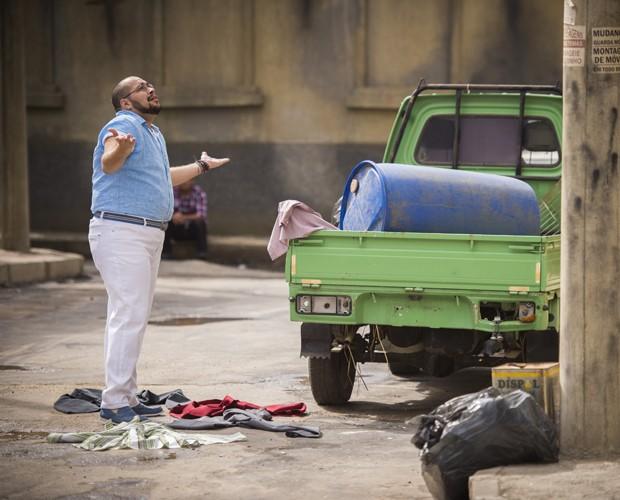 Personagem de Tiago Abravanel fica chocado ao ver amiga jogando roupas (Foto: Alex Carvalho / TV Globo)