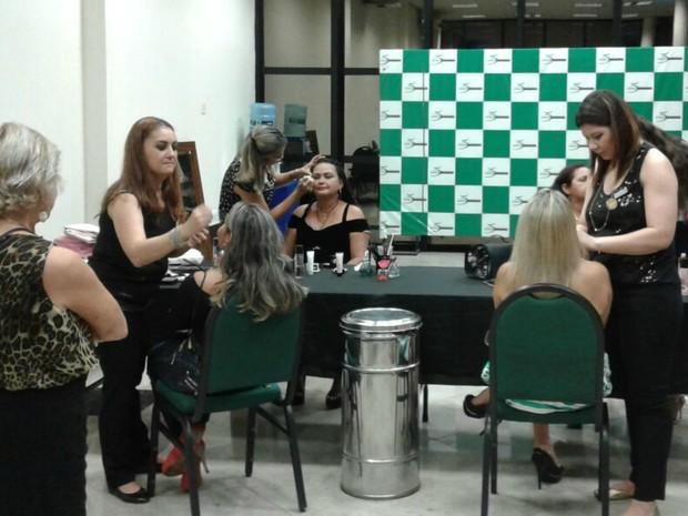 Serviços de maquiagem foram oferecidos (Foto: Karla Melo/Rede Amazônica)