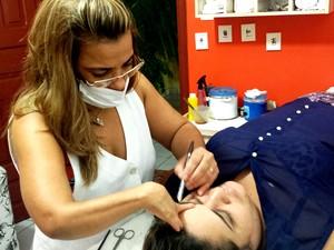 Bia Monteiro trabalha como depiladora e design de sobrancelha há mais de 10 anos (Foto: Rayssa Natani/ G1)