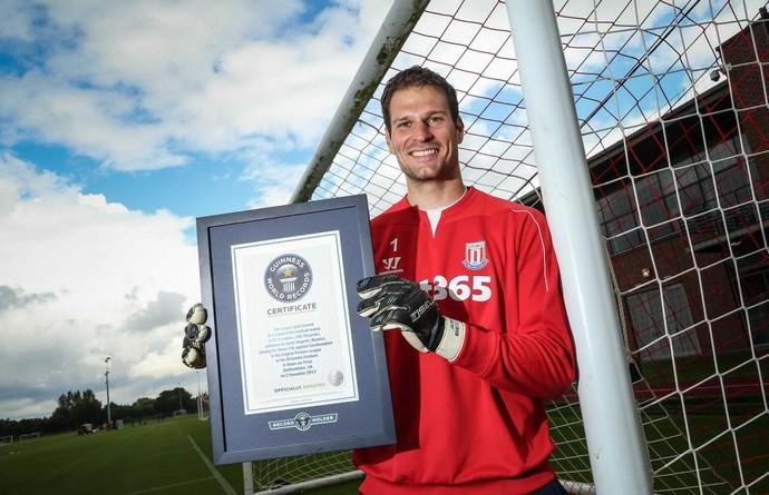Begovic, do Stoke, recebe placa do Guinness, de gol mais distante (Foto: Divulgação / Twitter oficial de Begovic)