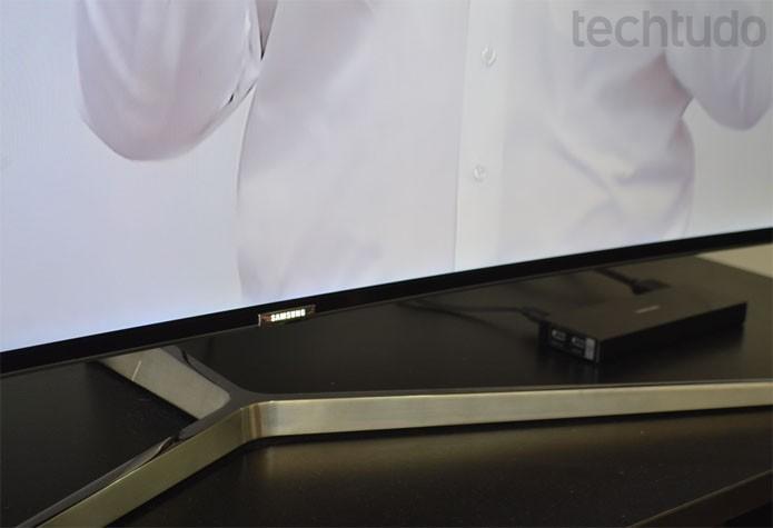 Base única com formato Y e acabamento em aço escovado tornam KS9000 um modelo muito bonito (Foto: Melissa Cruz / TechTudo)