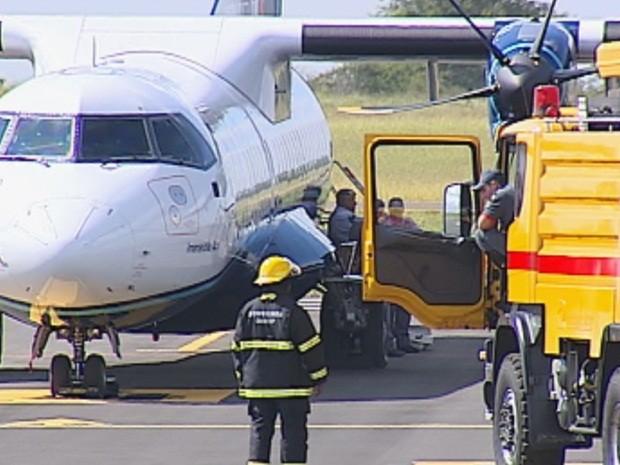 Dois caminhões da Brigada de Incêndio foram posicionados na pista do aeroporto (Foto: Reprodução/TV TEM)