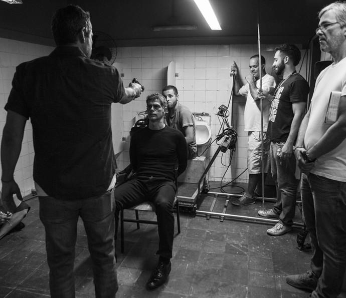 Eduardo Moscovis concentrado para a cena tensa da morte de Orlando (Foto: Inácio Moraes/ Gshow)