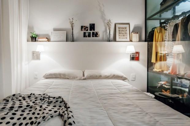Cama. A cabeceira da cama é composta de uma caixa pintada com laca branca, feita pela Tecno Móveis, que permite expor objetos (Foto: Cristiano Bauce / Divulgação)
