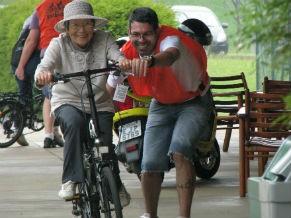 Bike anjos também ensinam a pedalar (Foto: Divulgação / Bike Anjo)