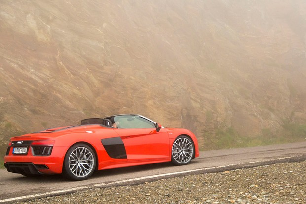 Nas passagens de montanha a mais de 2 mil metros, o Audi R8 literalmente andou em meio a uma nuvem (Foto: Divulgação)
