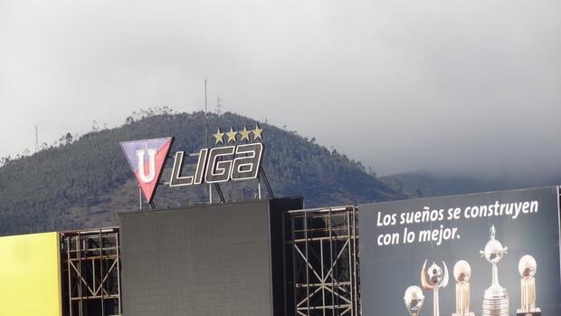 Cartaz no estádio Casablanca destaca recebtes conquistas da LDU (Foto: Hector Werlang/Globoesporte.com)