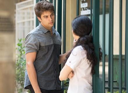 Charles convida Débora para sair