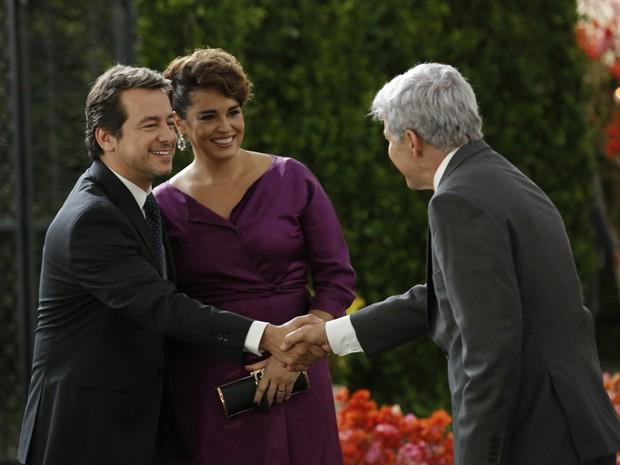 Beatriz apresenta seu novo namorado para Claudio (Foto: Felipe Monteiro/TV Globo)