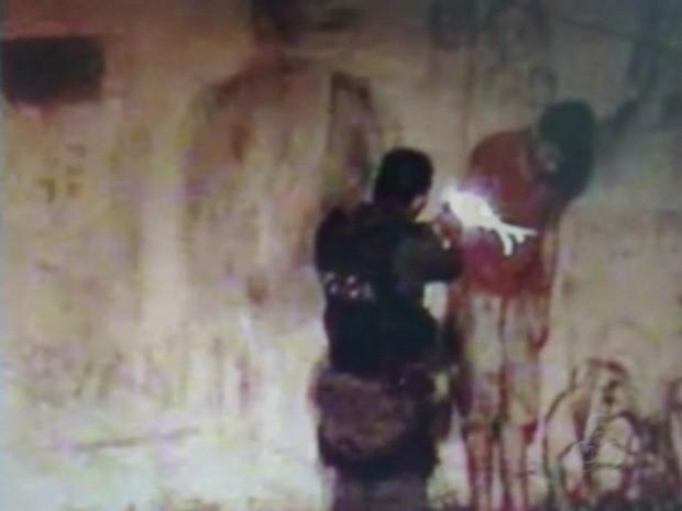 Nas imagens, policial aparece atirando a queima roupa em adolescente (Foto: Reprodução/TV Amazonas)