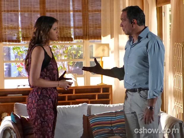 Luiza ataca Helena e acaba atingindo Virgílio (Foto: Em Família/ TV Globo)
