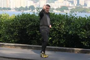 Eike Batista caminha na Lagoa Rodrigo de Freitas, no Rio (Foto: JC Pereira / Foto Rio News)