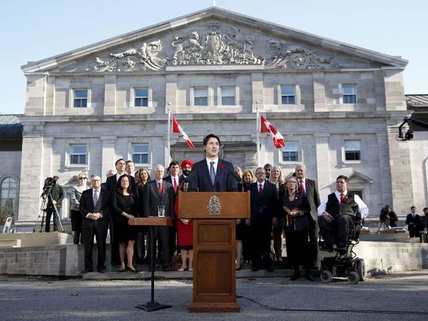Justin Trudeau discursa a frente de seus ministros no Rideau Hall, após cerimônia de juramento como primeiro-ministro nesta quarta-feira (4) em Ottawa (Foto: REUTERS/Blair Gable)