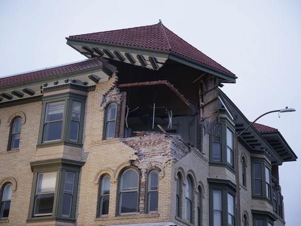 Topo de edifício é danificado após terremoto em Napa, na Califórnia, neste domingo (24) (Foto: Eric Risberg/AP Photo)