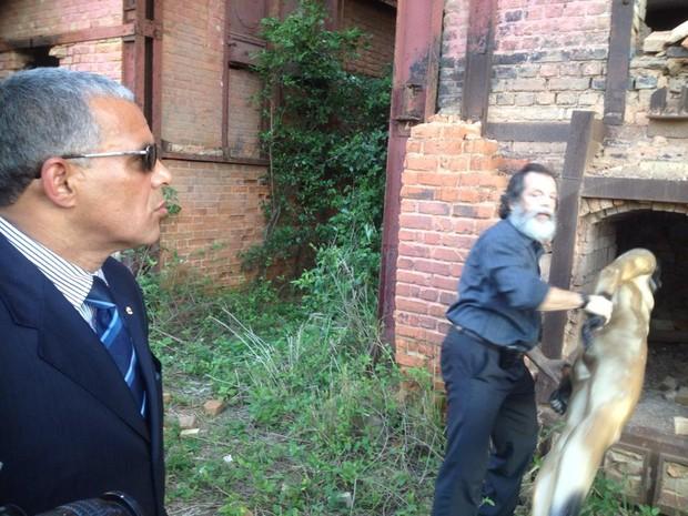 Procurador da república em campos, Eduardo Oliveira ajuda a reconstituição (Foto: Letícia Bucker/G1)