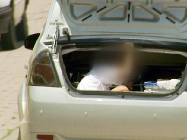 Menino é transportado em porta-malas de táxi em São Lourenço, MG (Foto: Reprodução EPTV)