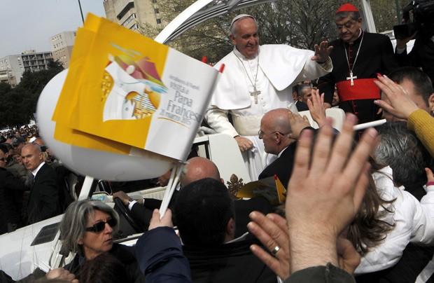 Papa Francisco acena para população na região do bairro de Scampia, durante visita a Nápoles neste sábado (21) (Foto: Reuters/Ciro De Luca)