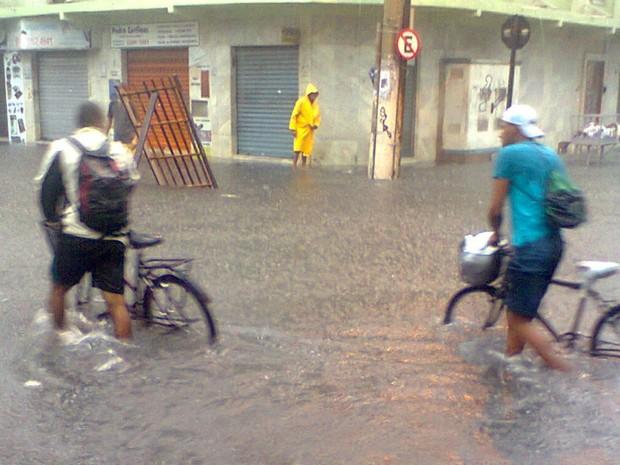 Alagamento atinge bairro de Itapoã, em Vila Velha (Foto: Paulo Roberto da Silva / VC no G1 ES)