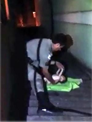 Vídeo mostra resgate de bebê em telhado de prédio em Pouso Alegre (Foto: Reprodução EPTV)