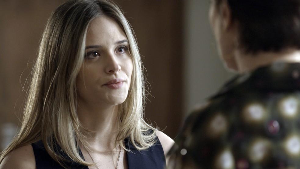 Silvana fica sem saber o que responder, e Simone joga a real para a mãe.  (Foto: TV Globo)