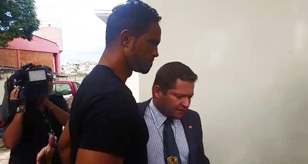 Goleiro Bruno se apresentou na delegacia em abril, quando voltou à prisão (Foto: Reprodução)