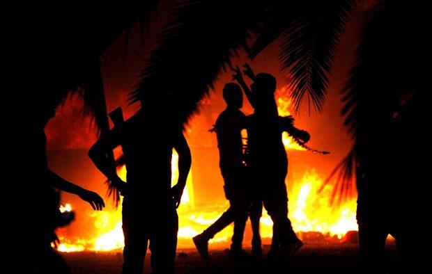 Líbios incendiaram quartel general do grupo islâmico Ansar al-Sharia. (Foto: Mohammad Hannon/AP)