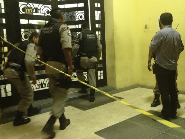Polícia Militar foi acionada para isolar a área do crime até a chegada da perícia  (Foto: Walter Paparazzo/G1)