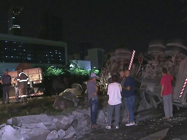 Carreta tombada interdita faixa da via expressa da Marginal Pinheiros (Foto: Reprodução /TV Globo)