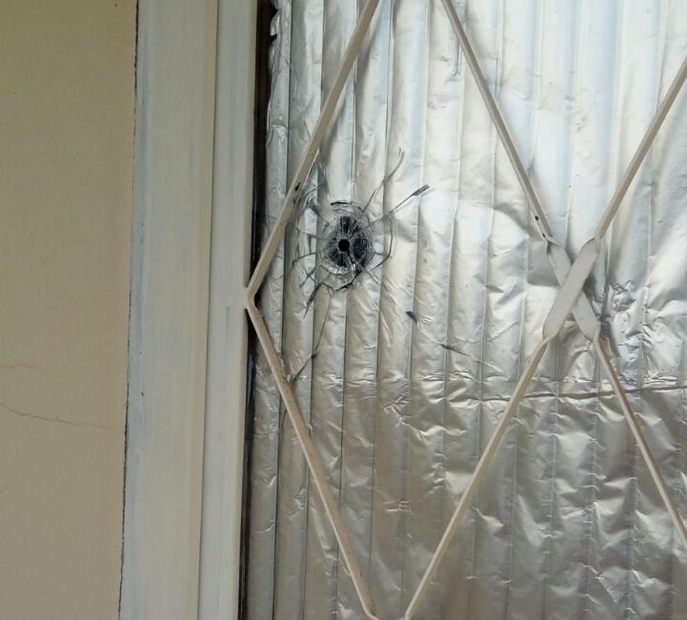 Um dos tiros acertou a porta do quarto da psicóloga (Foto: Leocrísia de Oliveira/Arquivo pessoal)