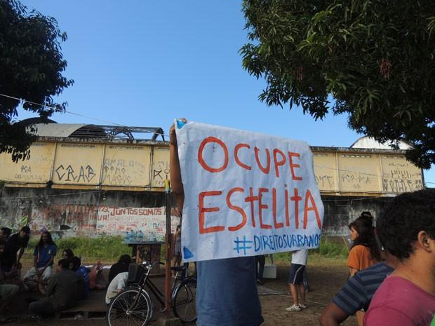 Barracas foram instaladas no terreno e manifestantes estão acampados no local (Foto: Vitor Tavares/G1)