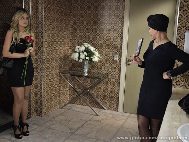 Cara de tacho... Brunetty fica boladíssima ao ver o vídeo que protagonizou nas mãos de Bárbara (Foto: Sangue Bom/TV Globo)