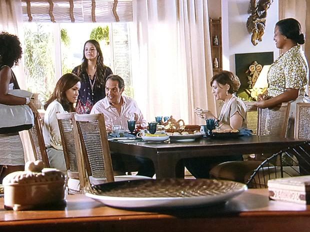 Helena fica tensa, e Virgílio tenta aliviar a tensão na sala (Foto: Em Família/TV Globo)