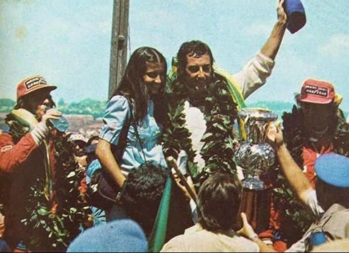 José Carlos Pace teve a companhia de Emerson Fittipaldi no pódio de sua única vitória na Fórmula 1 (Foto: Reprodução)