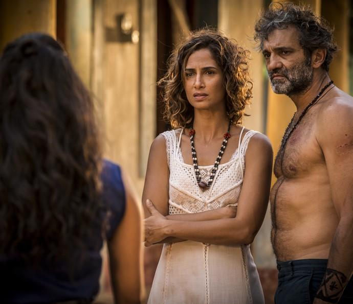 Tereza e Santo enfrentam a fúria de Luzia (Foto: Inácio Moraes/ Gshow)