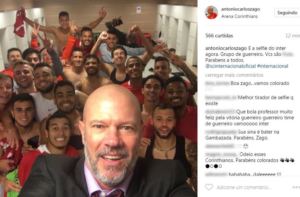 Antônio Carlos Zago tira selfie com grupo após classificação, assim como fazia no Juventude (Foto: Reprodução / Instagram )