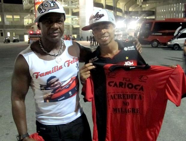 Tio e primo de Felipe com camisa (Foto: Richard Souza / Globoesporte.com)