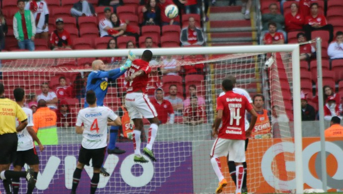 Juan tenta de cabeça contra o Joinville (Foto: Diego Guichard)