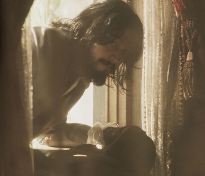 Gaspar invade o quarto de Dionísia pulando pela janela (Foto: TV Globo)