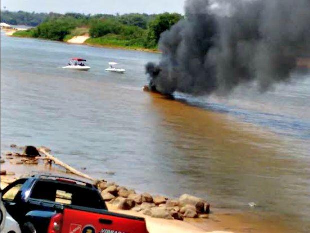 Lancha ficou completamente destruída (Foto: Corpo de Bombeiros-MT)