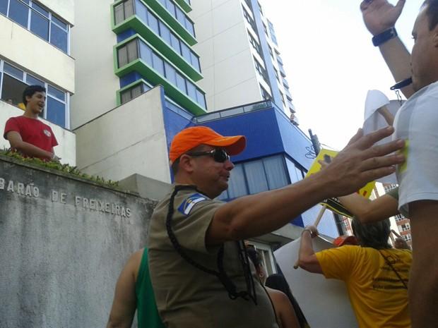 PM aparta conflito entre manifestante e morador da avenida que usava camisa vermelha (Foto: Luna Markman/G1)