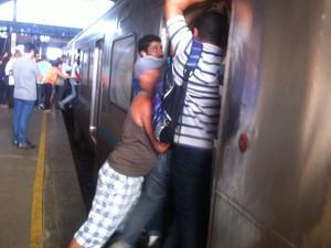Houve tumulto e empurrões ao chegar uma composição (Foto: Edvaldo Santos/ TV Globo)