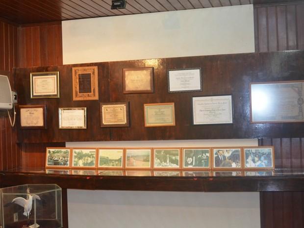 Prêmios recebidos por Chico Mendes antes e após sua morte ficam expostos no Centro de Memória (Foto: Yuri Marcel/G1)