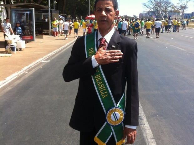 """Obama - O garçom mineiro José Maria da Silva Couto, 61, diz: """"Se o Obama assumisse o Brasil, não teria tanta corrupção como no governo Dilma"""".  (Foto: Thiago Bronzatto)"""