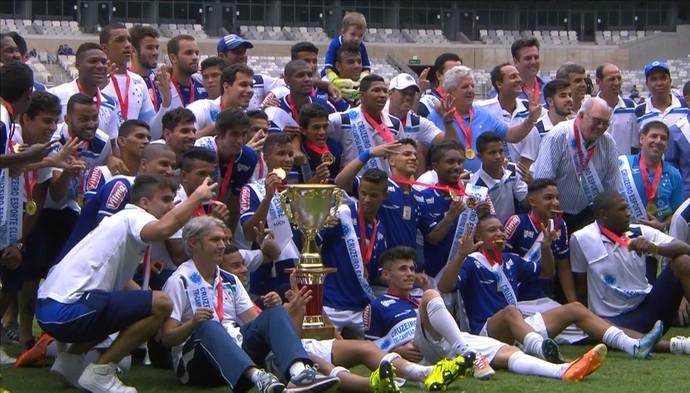 Time sub-20 do Cruzeiro posa com a taça de campeão mineiro sub-20 (Foto: Reprodução/ Premiere)
