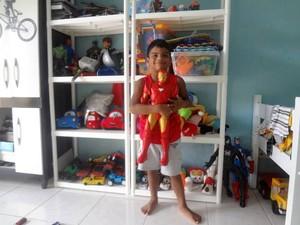 Tassio foi o primeiro a ser adotado. Ele pedia outros irmãos aos pais.  (Foto: Thais Rezende/ G1)