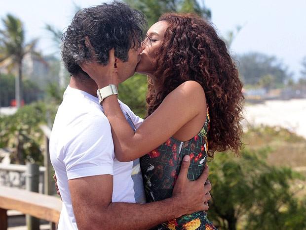 ...Mas quem disse ela consegue resistir ao surfista? (Foto: Cheias de Charme / TV Globo)